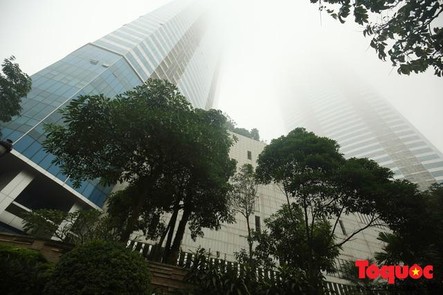 Hà Nội mịt mù trong sương sớm - Ảnh 5.