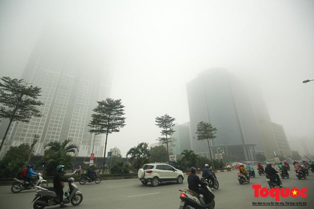 Hà Nội mịt mù trong sương sớm - Ảnh 7.