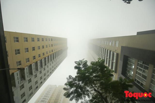Hà Nội mịt mù trong sương sớm - Ảnh 13.