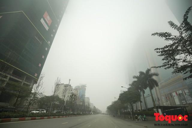 Hà Nội mịt mù trong sương sớm - Ảnh 6.