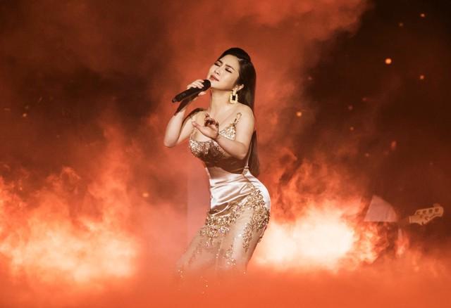Hương Tràm sụp xuống khóc ở show đầu đời - Ảnh 2.