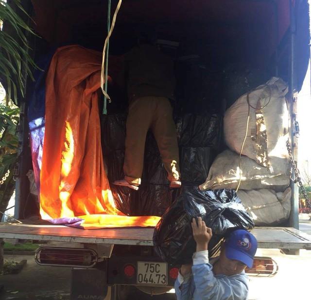 Cảnh sát phát hiện xe tải chở hàng trăm chai rượu ngoại nhập lậu - Ảnh 1.