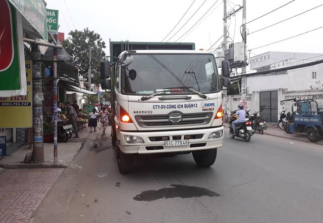 Chiếc xe chở rác va chạm với xe máy 2 thanh niên