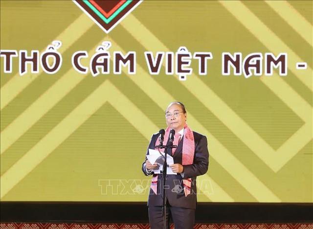 Thủ tướng: Hãy để mỗi tấm thổ cẩm là câu chuyện đặc sắc về lịch sử, văn hóa của 54 dân tộc anh em - Ảnh 1.
