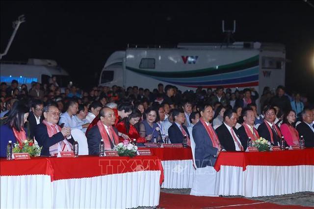 Thủ tướng: Hãy để mỗi tấm thổ cẩm là câu chuyện đặc sắc về lịch sử, văn hóa của 54 dân tộc anh em - Ảnh 2.