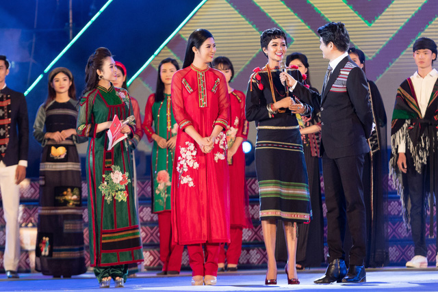 Hoa hậu Ngọc Hân: Thổ cẩm sẽ bước ra khỏi buôn làng để hòa nhập với môi trường lớn - Ảnh 11.