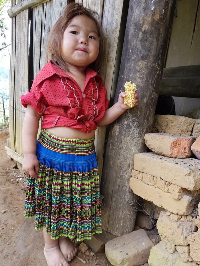 Vẻ hồn nhiên của hai bé gái người Mông  tạiNgảm Váng, Nhạn Môn, Pác Nặm khiến cộng đồng mạng xót xa - Ảnh 2.