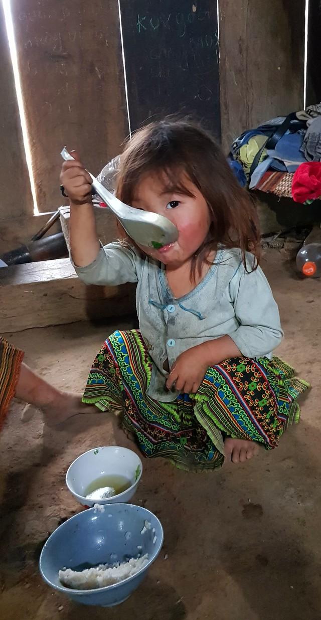 Vẻ hồn nhiên của hai bé gái người Mông  tạiNgảm Váng, Nhạn Môn, Pác Nặm khiến cộng đồng mạng xót xa - Ảnh 6.