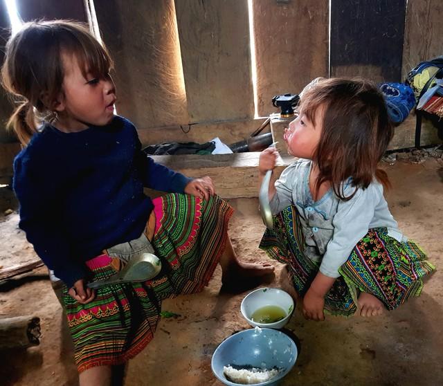 Vẻ hồn nhiên của hai bé gái người Mông  tạiNgảm Váng, Nhạn Môn, Pác Nặm khiến cộng đồng mạng xót xa - Ảnh 9.
