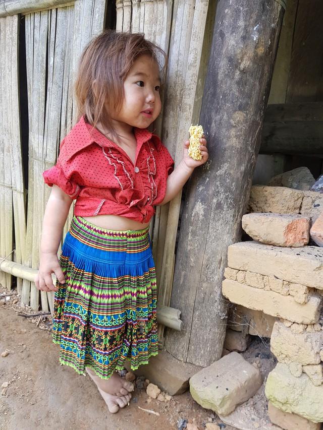 Vẻ hồn nhiên của hai bé gái người Mông  tạiNgảm Váng, Nhạn Môn, Pác Nặm khiến cộng đồng mạng xót xa - Ảnh 3.