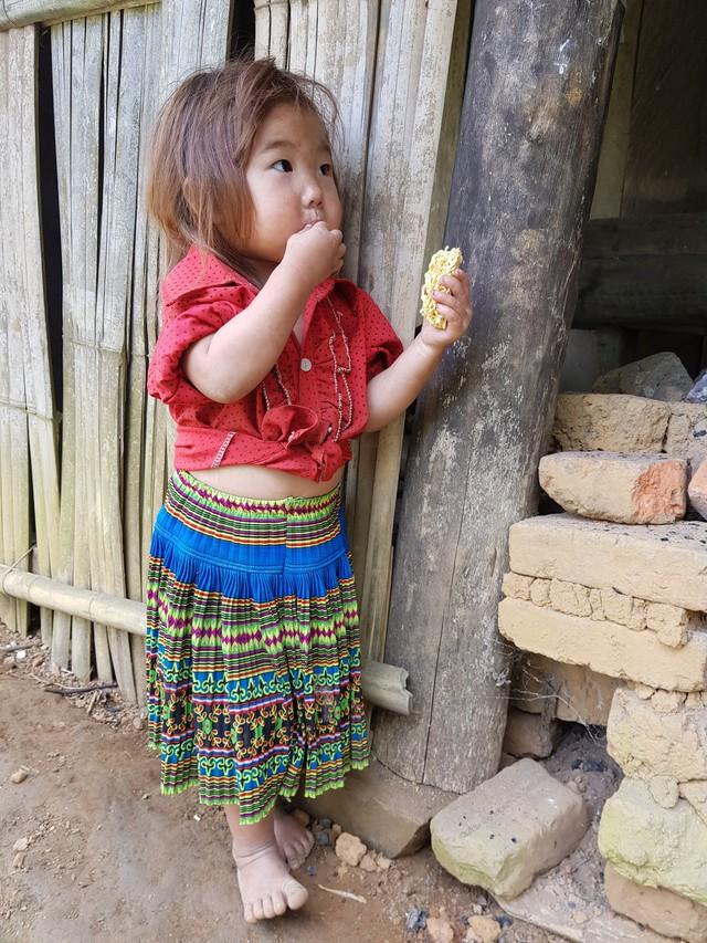 Vẻ hồn nhiên của hai bé gái người Mông  tạiNgảm Váng, Nhạn Môn, Pác Nặm khiến cộng đồng mạng xót xa - Ảnh 4.