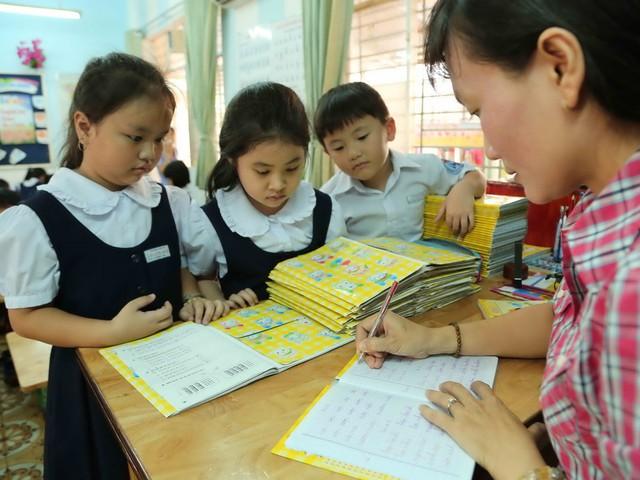 Bổ nhiệm giáo viên THCS vào chức danh nghề nghiệp không được kết hợp thăng hạng và nâng bậc lương - Ảnh 1.