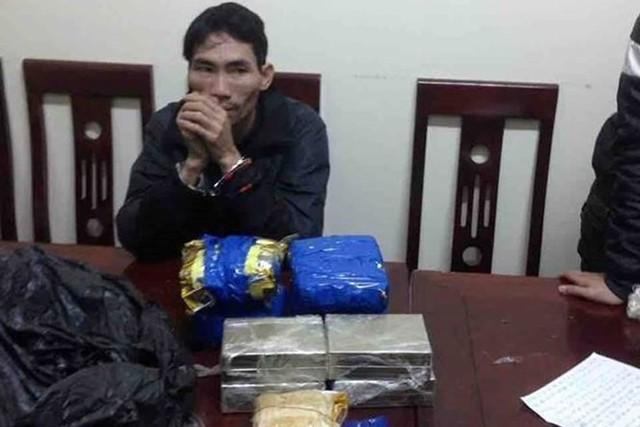 Nghệ An: Bắt giữ đối tượng buôn bán 8 bánh heroin, 3.000 viên ma túy tổng hợp - Ảnh 1.