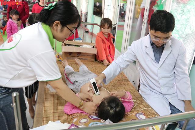 Khám tầm soát tim bẩm sinh và tặng 200 suất quà Tết cho trẻ em ở tỉnh Quảng Nam - Ảnh 1.