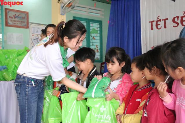 Khám tầm soát tim bẩm sinh và tặng 200 suất quà Tết cho trẻ em ở tỉnh Quảng Nam - Ảnh 2.
