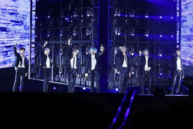 BTS khiến các người hâm mộ Singapore lịm tim trong concert khủng - Ảnh 1.