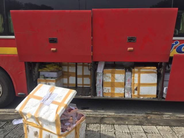 Cảnh sát phát hiện hơn 750 kg thịt không rõ nguồn gốc được vận chuyển trên xe khách - Ảnh 2.