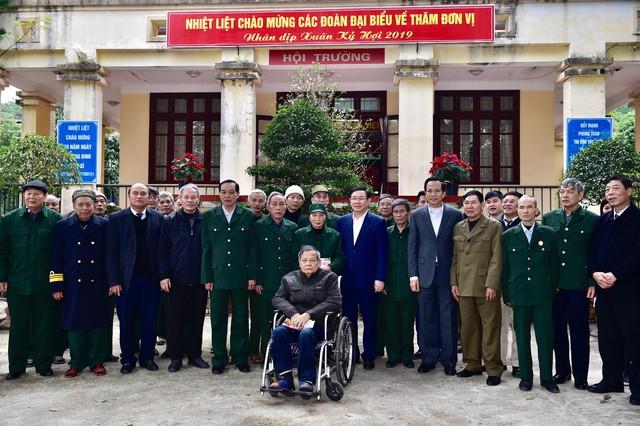 Phó Thủ tướng Vương Đình Huệ tặng quà Tết người có công, hộ nghèo tại Bắc Giang - Ảnh 2.