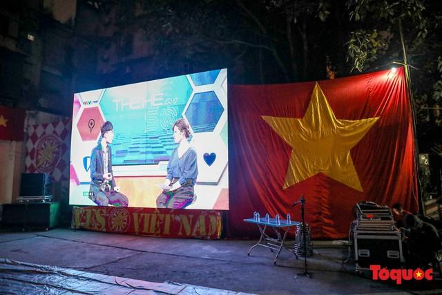 Hình ảnh CĐV Việt Nam khí thế hừng hực tiếp lửa cho ĐT Việt Nam ở quê nhà - Ảnh 2.