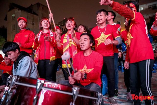 Hình ảnh CĐV Việt Nam khí thế hừng hực tiếp lửa cho ĐT Việt Nam ở quê nhà - Ảnh 5.