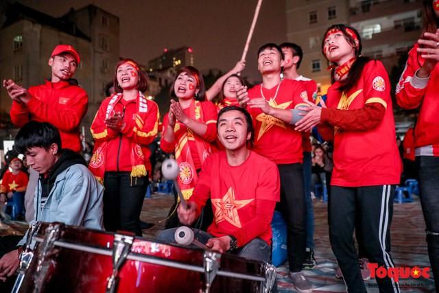 Hình ảnh CĐV Việt Nam khí thế hừng hực tiếp lửa cho ĐT Việt Nam ở quê nhà - Ảnh 6.