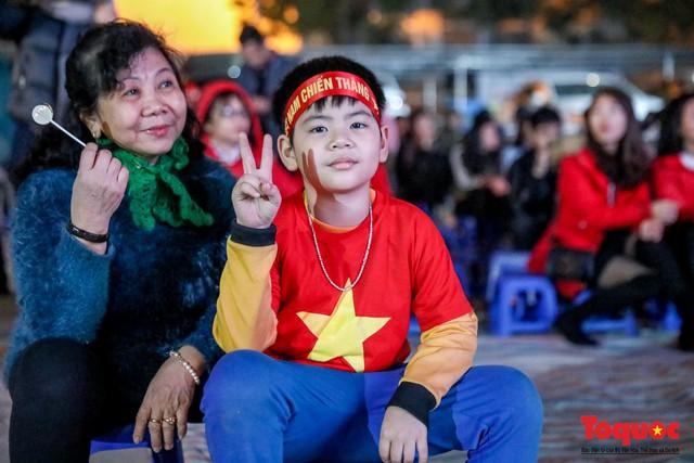 Hình ảnh CĐV Việt Nam khí thế hừng hực tiếp lửa cho ĐT Việt Nam ở quê nhà - Ảnh 8.