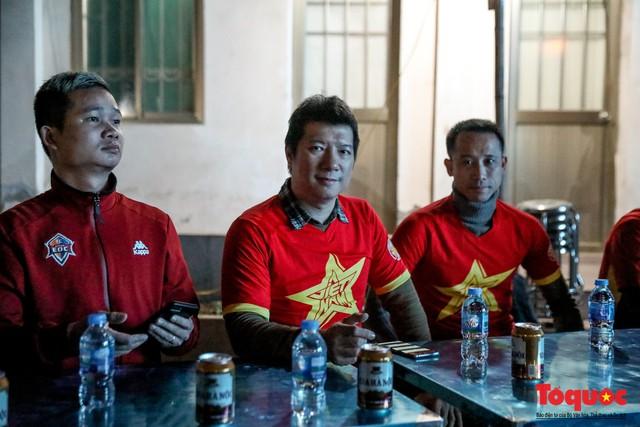 Hình ảnh CĐV Việt Nam khí thế hừng hực tiếp lửa cho ĐT Việt Nam ở quê nhà - Ảnh 3.