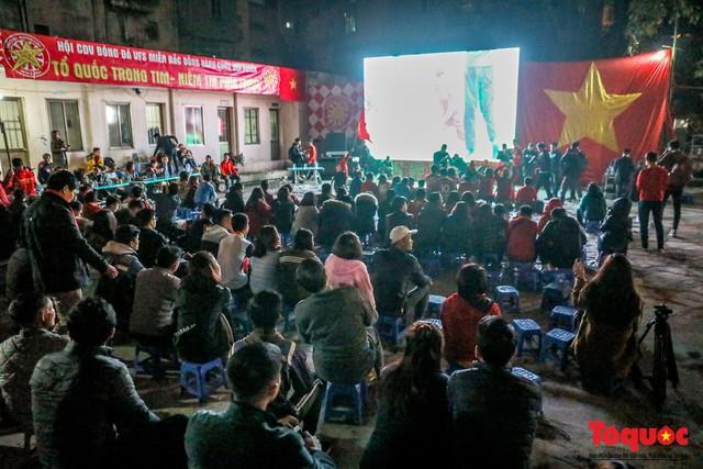 Hình ảnh CĐV Việt Nam khí thế hừng hực tiếp lửa cho ĐT Việt Nam ở quê nhà - Ảnh 1.