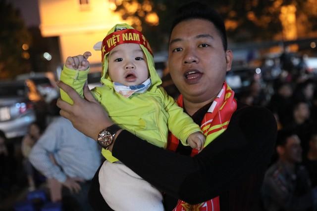 Hình ảnh CĐV Việt Nam khí thế hừng hực tiếp lửa cho ĐT Việt Nam ở quê nhà - Ảnh 7.