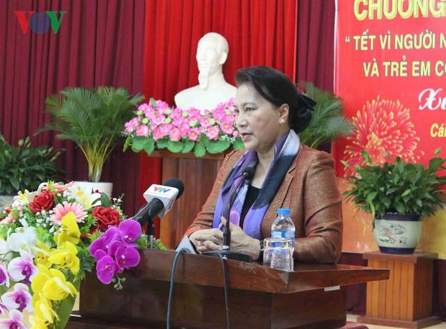 Chủ tịch Quốc hội tặng quà cho gia đình chính sách tại Cần Thơ - Ảnh 1.