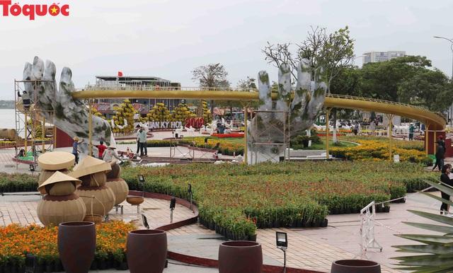 Du khách ngỡ ngàng khi cầu Vàng xuất hiện cạnh cầu Rồng bên bờ sông Hàn - Đà Nẵng - Ảnh 2.