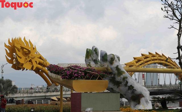 Du khách ngỡ ngàng khi cầu Vàng xuất hiện cạnh cầu Rồng bên bờ sông Hàn - Đà Nẵng - Ảnh 6.