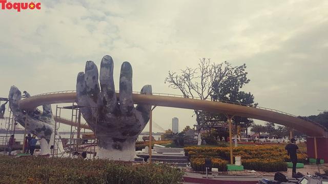 Du khách ngỡ ngàng khi cầu Vàng xuất hiện cạnh cầu Rồng bên bờ sông Hàn - Đà Nẵng - Ảnh 4.