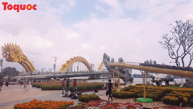 Du khách ngỡ ngàng khi cầu Vàng xuất hiện cạnh cầu Rồng bên bờ sông Hàn - Đà Nẵng - Ảnh 5.