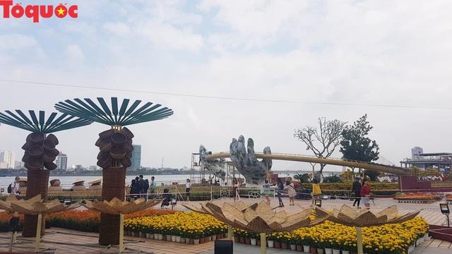 Du khách ngỡ ngàng khi cầu Vàng xuất hiện cạnh cầu Rồng bên bờ sông Hàn - Đà Nẵng - Ảnh 7.