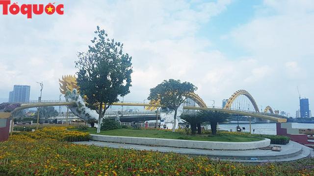 Du khách ngỡ ngàng khi cầu Vàng xuất hiện cạnh cầu Rồng bên bờ sông Hàn - Đà Nẵng - Ảnh 8.