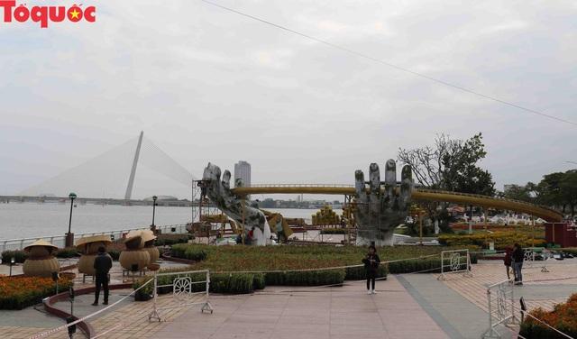 Du khách ngỡ ngàng khi cầu Vàng xuất hiện cạnh cầu Rồng bên bờ sông Hàn - Đà Nẵng - Ảnh 1.