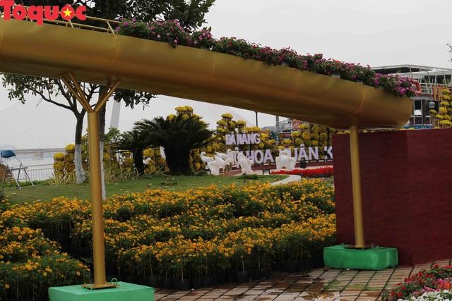 Du khách ngỡ ngàng khi cầu Vàng xuất hiện cạnh cầu Rồng bên bờ sông Hàn - Đà Nẵng - Ảnh 9.