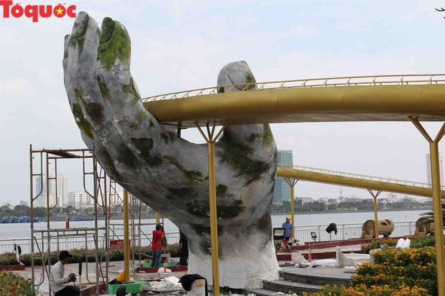 Du khách ngỡ ngàng khi cầu Vàng xuất hiện cạnh cầu Rồng bên bờ sông Hàn - Đà Nẵng - Ảnh 3.