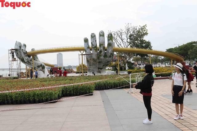 Du khách ngỡ ngàng khi cầu Vàng xuất hiện cạnh cầu Rồng bên bờ sông Hàn - Đà Nẵng - Ảnh 10.