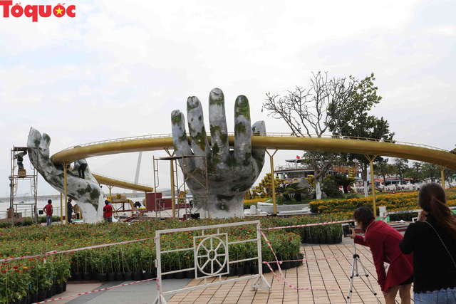 Du khách ngỡ ngàng khi cầu Vàng xuất hiện cạnh cầu Rồng bên bờ sông Hàn - Đà Nẵng - Ảnh 13.