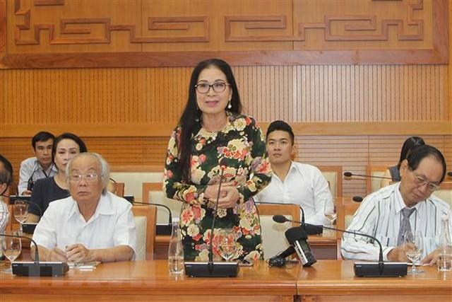 Chủ tịch Quốc hội gặp gỡ đại biểu văn nghệ sĩ khu vực phía Nam - Ảnh 1.