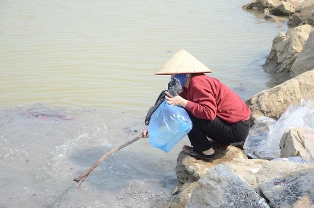 Hà Nội: Người dân đổ xô thả cá chép tiễn ông Táo về trời, rác tràn trên bến sông   - Ảnh 3.