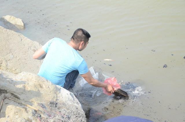 Hà Nội: Người dân đổ xô thả cá chép tiễn ông Táo về trời, rác tràn trên bến sông   - Ảnh 9.