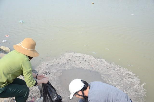 Hà Nội: Người dân đổ xô thả cá chép tiễn ông Táo về trời, rác tràn trên bến sông   - Ảnh 11.