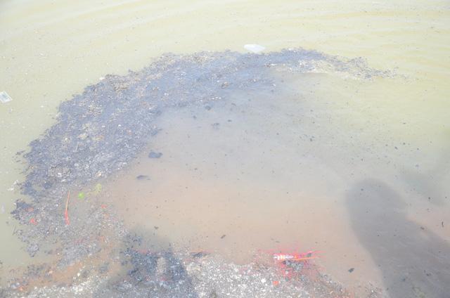 Hà Nội: Người dân đổ xô thả cá chép tiễn ông Táo về trời, rác tràn trên bến sông   - Ảnh 13.