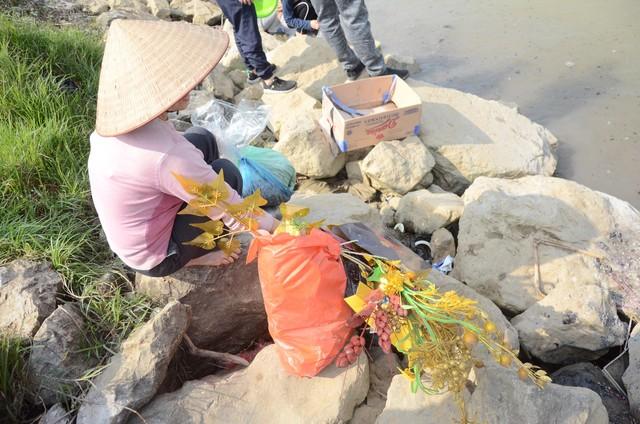 Hà Nội: Người dân đổ xô thả cá chép tiễn ông Táo về trời, rác tràn trên bến sông   - Ảnh 5.