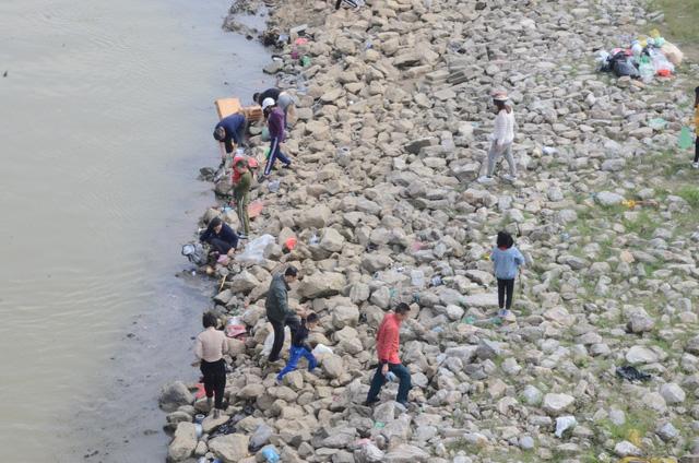 Hà Nội: Người dân đổ xô thả cá chép tiễn ông Táo về trời, rác tràn trên bến sông   - Ảnh 6.