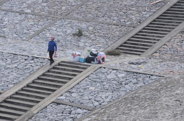 Hà Nội: Người dân đổ xô thả cá chép tiễn ông Táo về trời, rác tràn trên bến sông   - Ảnh 8.