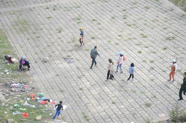 Hà Nội: Người dân đổ xô thả cá chép tiễn ông Táo về trời, rác tràn trên bến sông   - Ảnh 7.
